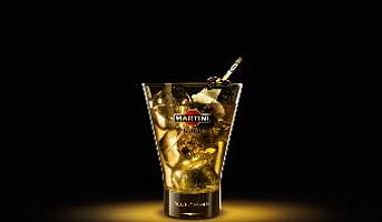Noen drinker med Martini Gold by Dolce & Gabbana