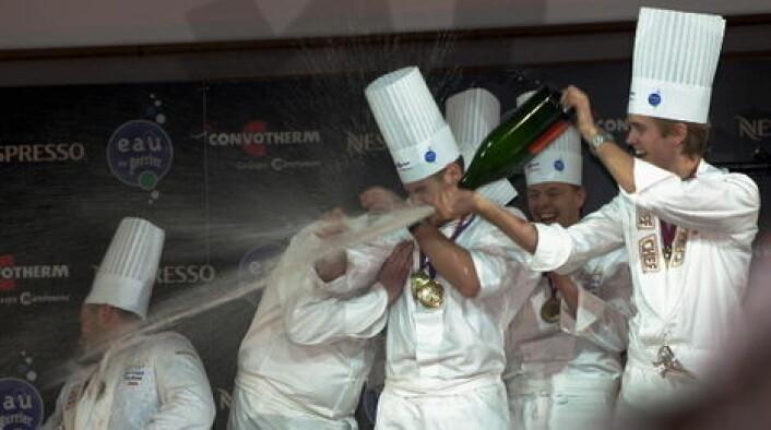 Geir Skeie feirer med champagne etter seieren i Lyon i 2009. (Foto: Morten Holt)