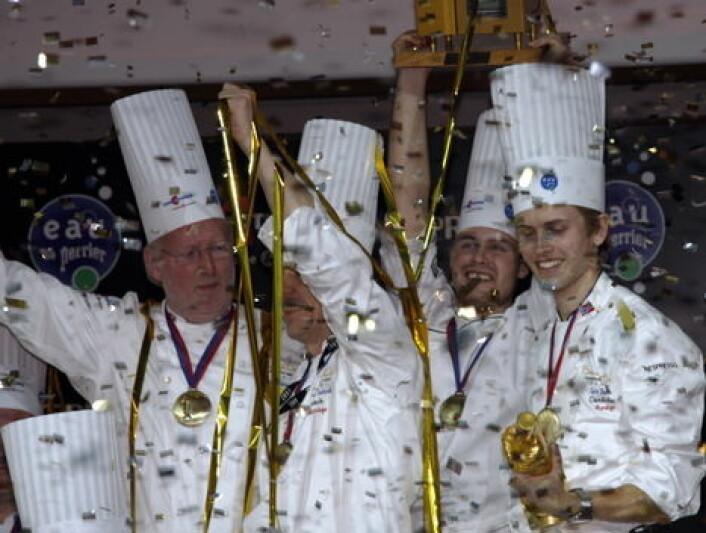 Geir Skeie og den norske delegasjonen jubler etter Bocuse d'Or-gull i 2009. (Foto: Morten Holt)