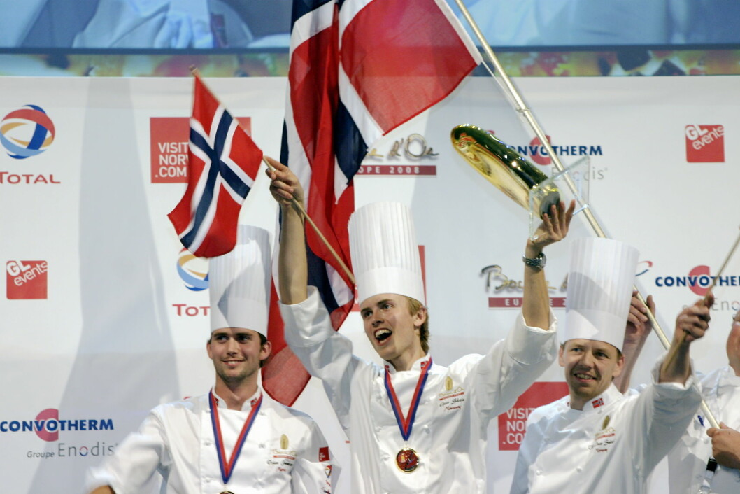 Jubel da Norge vant den første utgaven av Bocuse d'Or Europe, i Stavanger i 2008. Fra venstre Ørjan Johannessen, som den gang var commis, men som selv vant i 2015, Geir Skeie og coach Odd Ivar Solvold. (Foto: Morten Holt)
