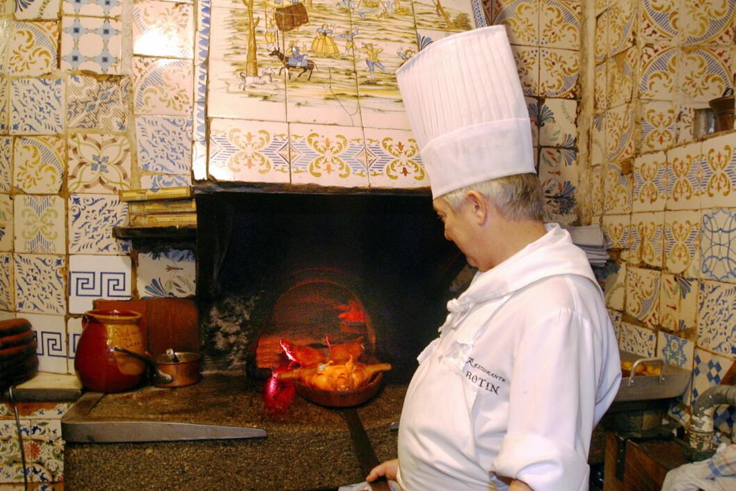 Helstekt pattegris tilberedes i verdens eldste restaurant, El Botin i Madrid. Når den gamle vedfyrte ovnen brukes, får maten sin helt spesielle smak. (Foto: Morten Holt)