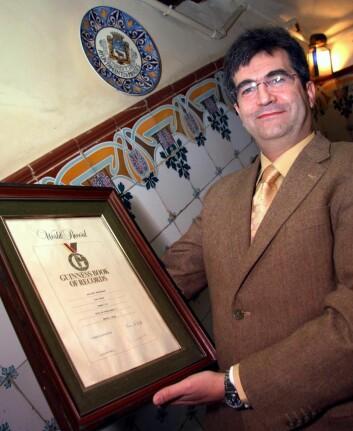 Carlos Gonzalez med diplomet fra Guinness Book of Records som viser at Botin er verdens eldste restaurant. (Foto: Morten Holt)
