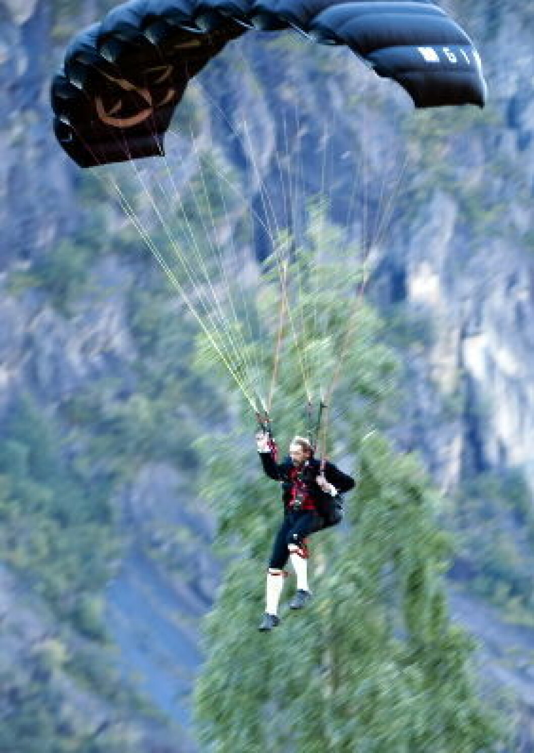 Fallskjermhopper i bunad