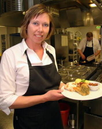 Kjøkkensjef Rita Slettum med grillet tørrfisk med pesto, en av gjestenes favoritter på Senjastua. (Foto: Morten Holt)