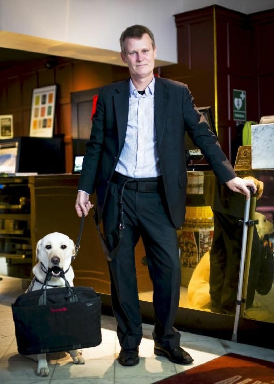Magnus Berglund og servicehunden Dixie