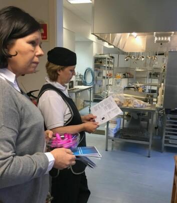 Kjøkkenbesøk på Borgund folkehøgskole i Ålesund; kokk Elisabeth Sleipnes er nysgjerrig på muligheten for studier som Margrete Ytreland Vistnes skisserer opp. (Foto: Marit Hommedal)
