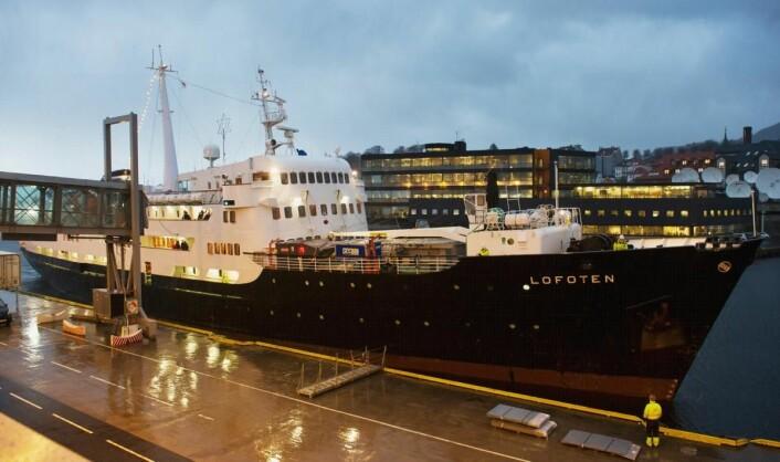 En regntung by tar imot et julepyntet skip. MS <em>Lofoten</em> legger til kai i Bergen. (Foto: Marit Hommedal)