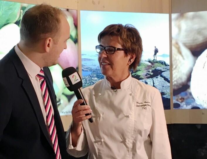 Landbruks- og matminister Jon Georg Dalen og Wenche Andersen fra TV2 under åpningen av den norske standen på Grüne Woche. (Foto: Smakfulle rom)