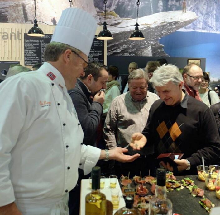 Max Ivan Lindkjølen serverer smaksprøver. (Foto: Max Ivan)