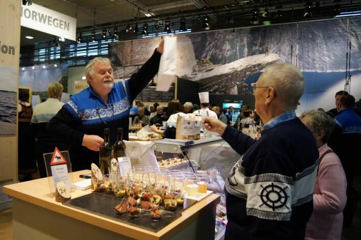 Smaksprøver blir solgt fra Oslo-regionens stand på Grüne Woche. (Foto: Mary Tønder Vold, Fylkesmannen i Oslo og Akershus)