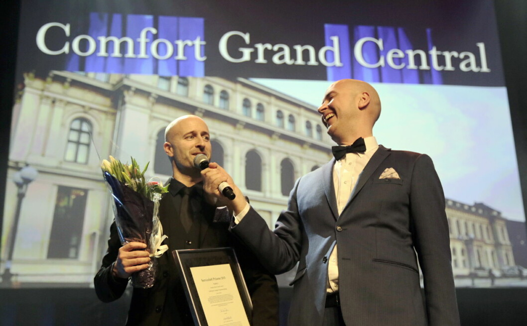Hotelldirektør på Comfort Hotel Grand Central i Oslo, Robert Holan, mottar gull i Serviceløftet på HSMAI awards. Her sammen med konferansier Terje Sporsem. (Foto: Morten Brakestad)