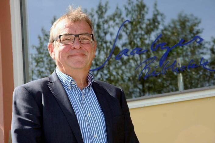 Harald Mical Jacobsen foran hotellet og Saabyes bibliotek. (Foto: Morten Holt)