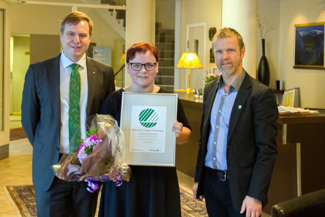 Ordfører i Eid kommune Alfred Bjørlo, miljøsjef på Best Western Hotel Bryggen, Gro Gjerdevik, og markedsrådgiver i Svanemerket, Tormod Lien.