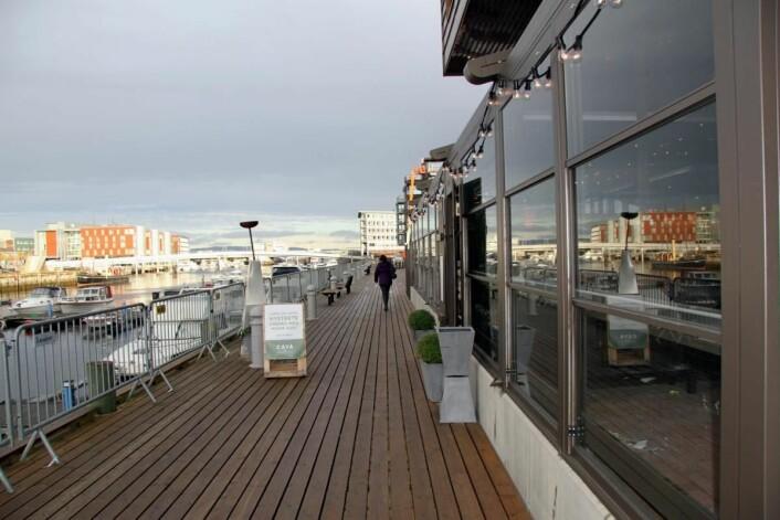 Utenfor Caya Restaurant & Bar, med utsikt utover Nidelven mot hotellet Scandic Nidelven. (Foto: Morten Holt)
