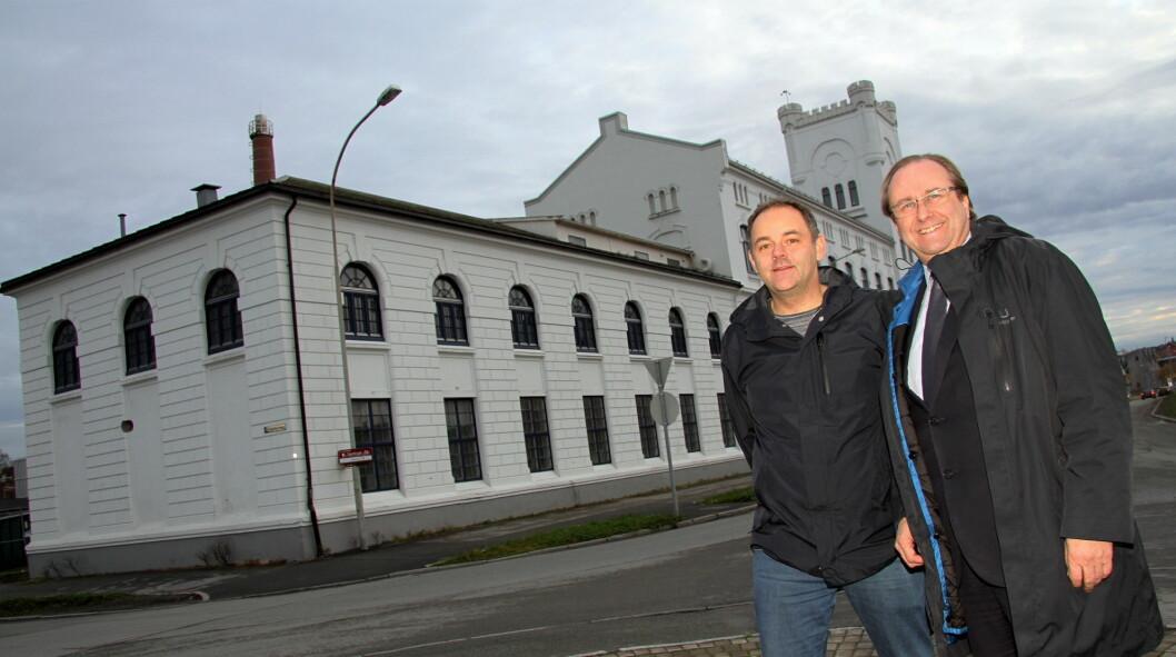 «Nye» E.C. Dahls Bryggeri og det nye serveringsstedet i den nærmeste enden av bygget bak Roar Hildonen og Alexander Skjefte skal bli en ny attraksjon i Trondheim, når det åpnes på sensommeren 2016. (Foto: Morten Holt)