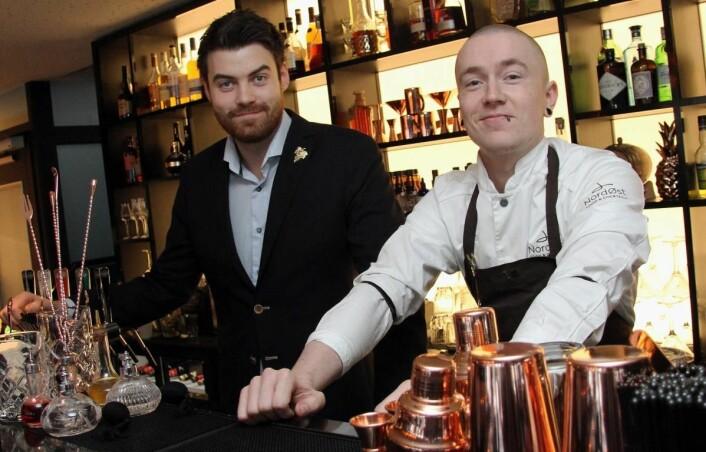 <em>Vinkelner Erik Strugstad (til venstre) er restaurantsjef på NordØst, mens Øyvind Lindgjerdet er barsjef. (Foto: Morten Holt).</em>