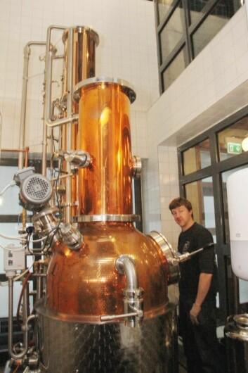 Matthew Ensor i destilleriet på Himkok. (Foto: Morten Holt)