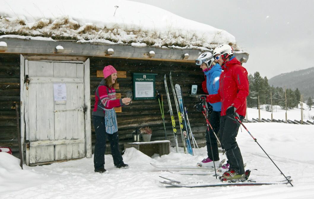 Anne-Mari Sandvær, landets eneste baristabudeie, serverer kaffe. (Foto: Kalven seter)