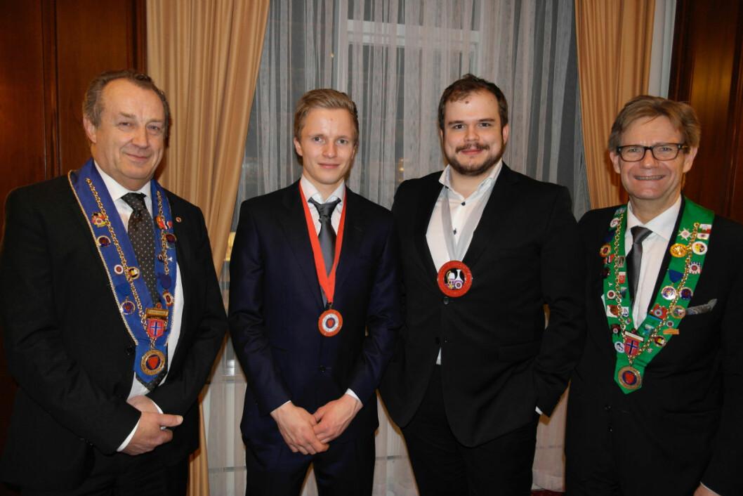Hans Erik Olsen (nummer to fra venstre) og Tim Drew (nummer to fra høyre) vant henholdvis kokke- og vinkelnerklassen.
