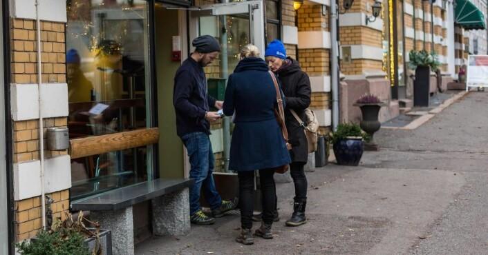 Anette Christensen og Line Forsberg deler ut eSmiley-brosjyrer på Oslos spisesteder.
