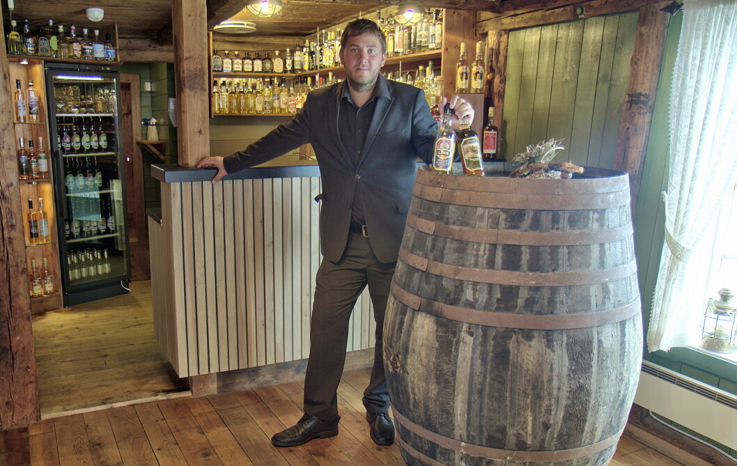 Hotellsjef Stein Lystad i akevittbutikken på Finnøy Havstuer.