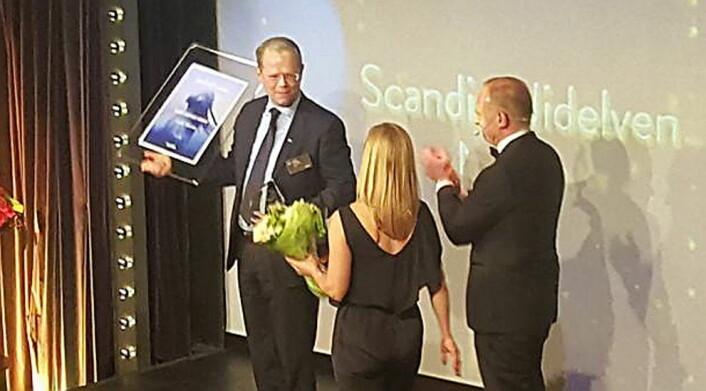 Hotelldirektør på Scandic Nidelven, Kjetil Vassdal, mottar prisen for Årets servicehotell i Scandic Hotels. (Foto: Line Vikrem Rosmæl/Kjetil Vassdals Facebook-side)