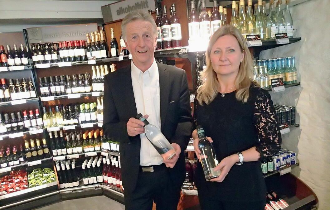 Styreleder Olbjørn Kvernberg i Eirawater AS og produktsjef Ann Kristin H.Bratteng på Vinmonopolet er spent på responsen hos Vinmonopolets kunder. (Foto: Eirawater AS)