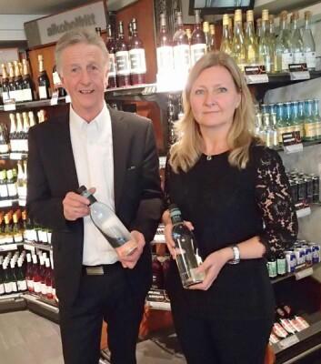 Produktsjef Ann Kristin H.Bratteng på Vinmonopolet og styreleder Olbjørn Kvernberg i Eirawater AS. (Foto: Eirawater AS)