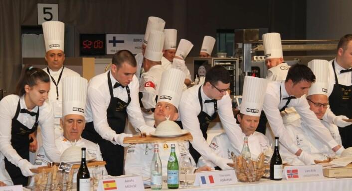 Lars Erik Underthun og de andre jurymedlemmene får servert Christopher W. Davidsens fiskerett. (Foto: Morten Holt)