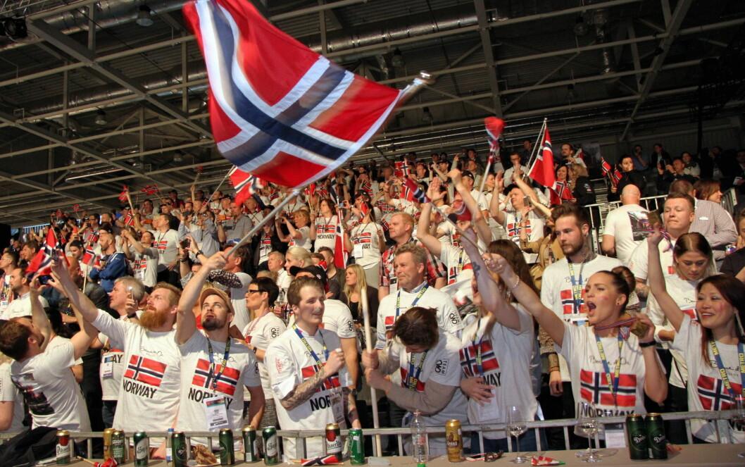 Norske fans på tribunen i Budapest. (Foto: Morten Holt)