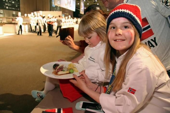 Hedda og Amalie Davidsen med pappas kjøttrett. (Foto: Morten Holt)