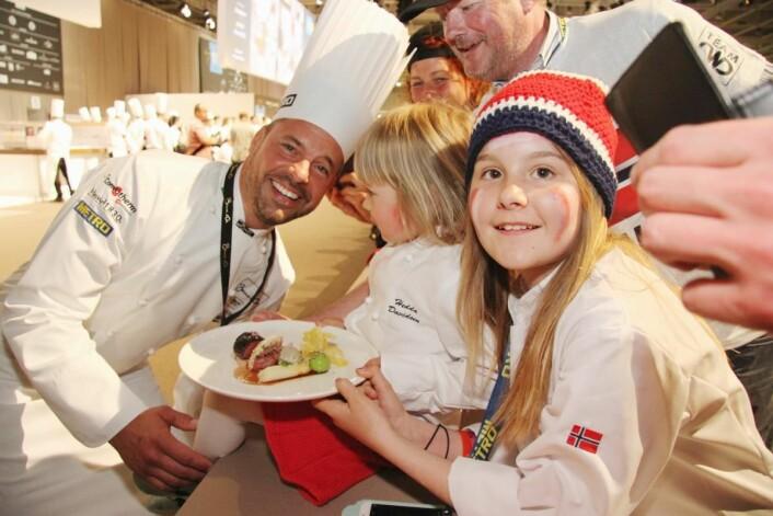 Christopher W. Davidsens døtre Amalie (til høyre) og Hedda fulgte ivrig med på konkurransen. (Foto: Morten Holt)