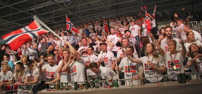 Norske fans på tribunen. (Foto: Morten Holt)