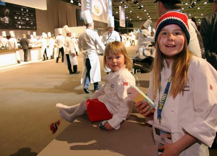 Heia pappa! Amalie og Hedda Davidsen var ivrige tilskuere. (Foto: Morten Holt)