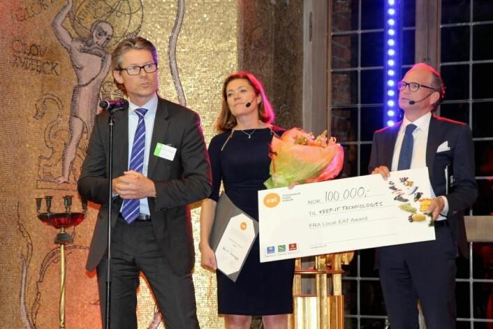 Fjorårets vinner av Local EAT Award, Keep-it Tecnhologies, ved administrerende direktør Kristen Hovland), sammen med Kristin Skogen Lund, administrerende direktør i NHO og Torgeir Silseth, administrerende direktør i Nordic Choice Hotels. (Foto: Local EAT Award)
