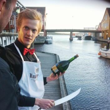 Henrik Dahl Jahnsen, kåret til «Norges beste vinkelner 2016», sabler Champagne under «Le tour De Wine» i 2015.