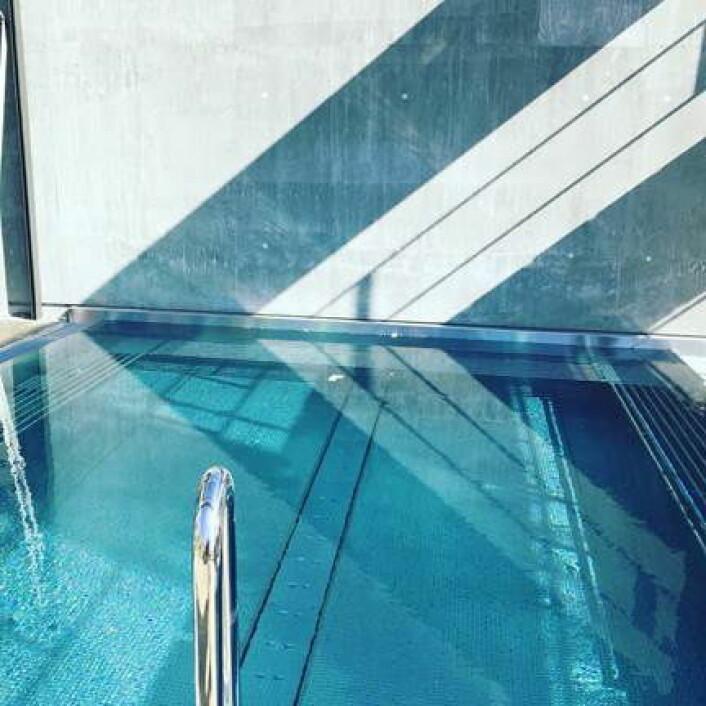 Røros' første utendørsbasseng - med en temperatur på 38 grader. (Foto: Røros Hotell)