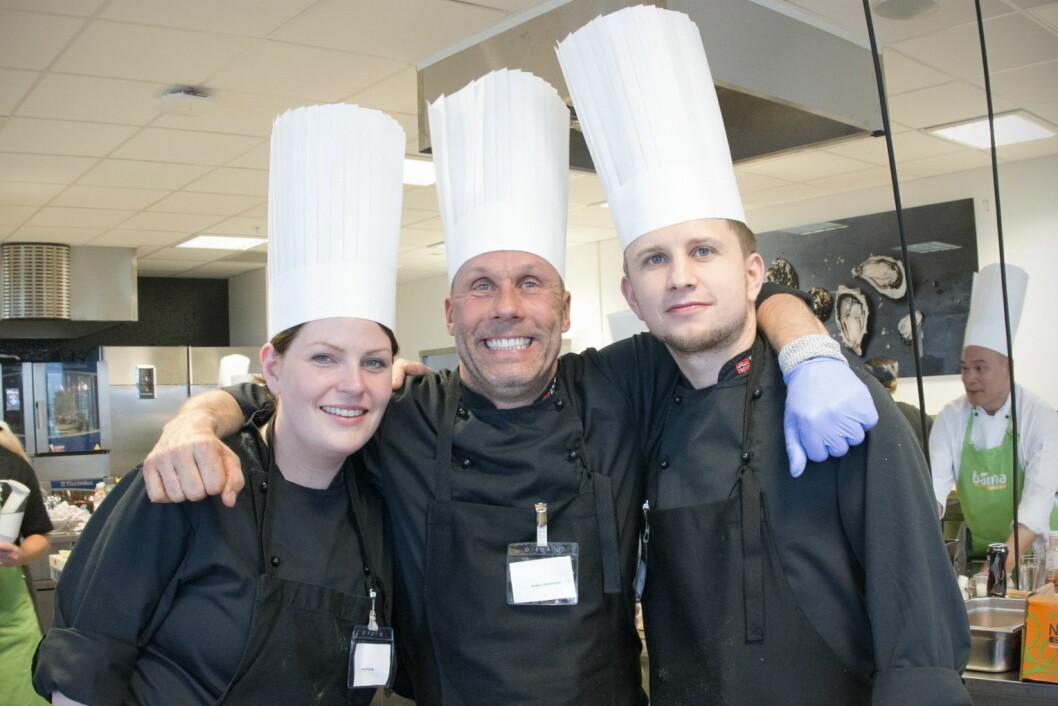 Det var laget «Bedre buk sprenge enn god mat slenge» fra ESS med Lene Havåg (fra venstre) Anders Martinsson og Tony Kristiansen som ble vinnerne av årets «Kokkekamp» i Compass Group. (Foto: Compass Group)