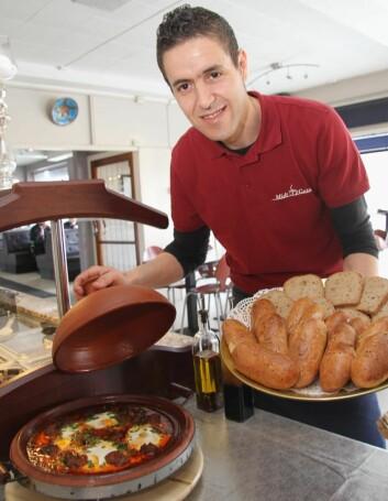 Rachid Imzouagh er kjøkkensjef på Midt i Gata. (Foto: Morten Holt)