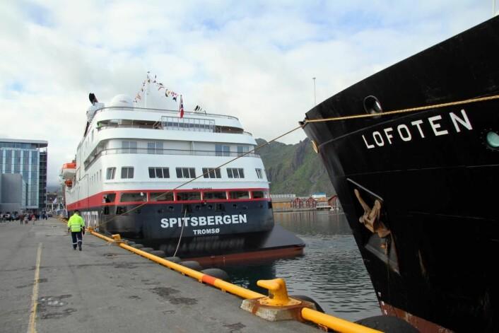 Gammel og ny i Svolvær havn. Til høyre MS Lofoten og til venstre MS Spitsbergen. (Foto: Morten Holt)