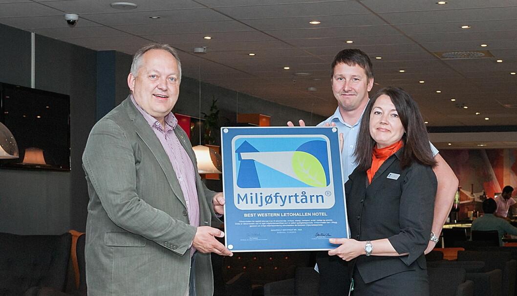 Fra venstre ordfører i Eidsvoll kommune, John Erik Vika, daglig leder på Best Western LetoHallen Hotel, Trond Ola Rynning og prosjektleder for sertifiseringen av LetoHallen, Siv Molstad.