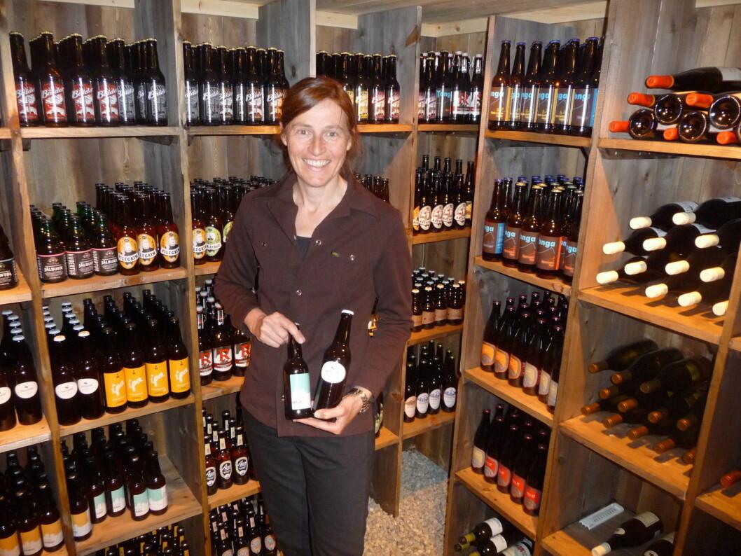 Karola Wenzel i øl- og vinkjelleren på Hindsæter. (Foto: Hindsæter)