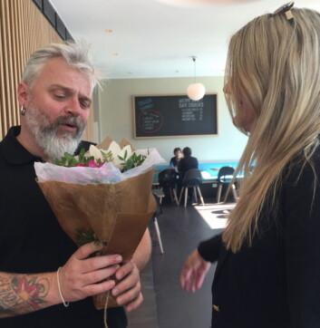Petter Lidal, eier av Bien, fikk blomster.
