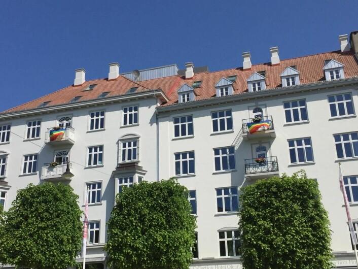 Clarion Collection Hotel Oleana er ett av de fem hotellene som er kledd i regnbuens farger denne uka. (Foto: Nordic Choice Hotels)