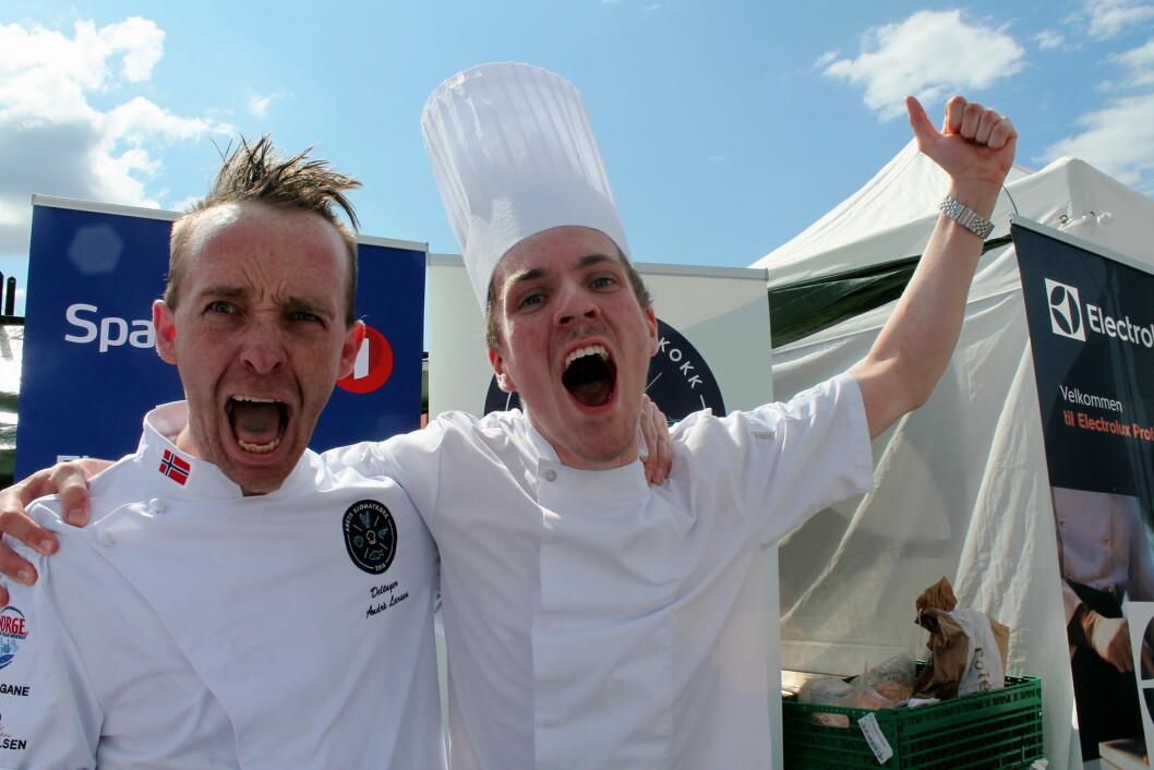 André Larsen, til daglig kokk på Thon Hotel Lofoten, er Årets sjømatkokk 2106. Her sammen med commis/assistent Jon Erlend Matre. (Foto: Årets Sjømatkokk)