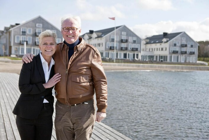 <em>Hotelldirektør Laila Aarstrand og eier Stig Fische foran Støtvig Hotel. (Foto: Therese Fische)</em>