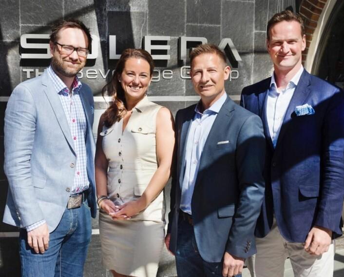 Konsernsjef Christian Holst (nummer to fra høyre) sammen med Stein Erik Treverket (til venstre), Michelle Hoad Vik og David Moir. (Foto: Solera)