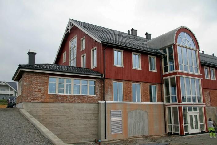 Låven er ombygd til en moderne konferansegård med overnattingsplasser. (Foto: Morten Holt)