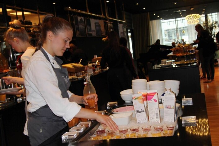 Julia Hansen serverer friske shots til frokosten på Thon Hotel Lofoten. (Foto: Morten Holt)