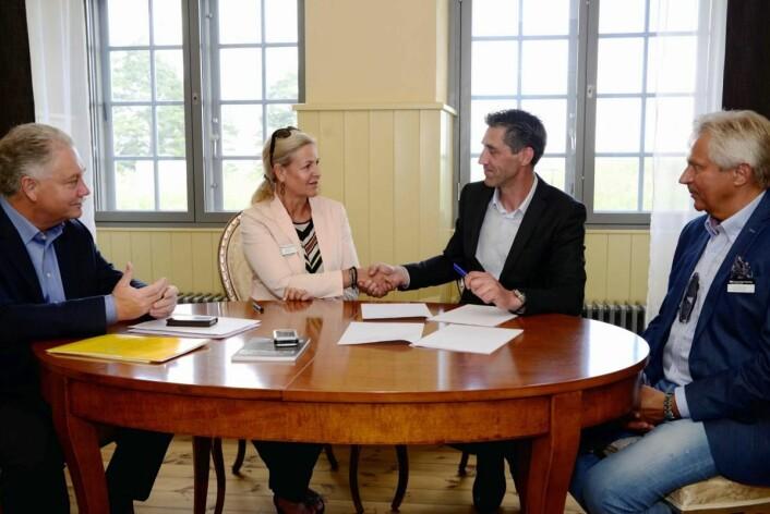 Avtalen signeres av Nina Eidem (direktør Forsvarsbygg nasjonale festning) og Tony Eide (styreleder Oscarsborg Invest AS). Til venstre Thorbjørn Holth (distriktssjef Forsvarsbygg nasjonale festningsverk) og til høyre Jonny O. Fjeld (festningsforvalter Kongsvinger festning).